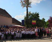 Maibaumfest in Sanktanna mit Jugendblaskapelle und Schülertrachtenpaaren