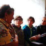 Junge Nachwuchsjournalisten auf Recherche