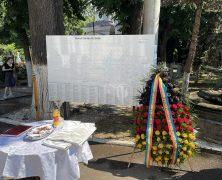 Neue Hinweistafel am Bellu-Friedhof in Bukarest